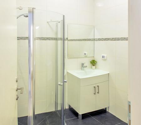 9._bathroom.jpg